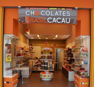 <span>Chocolates Brasil Cacau</span><i>→</i>